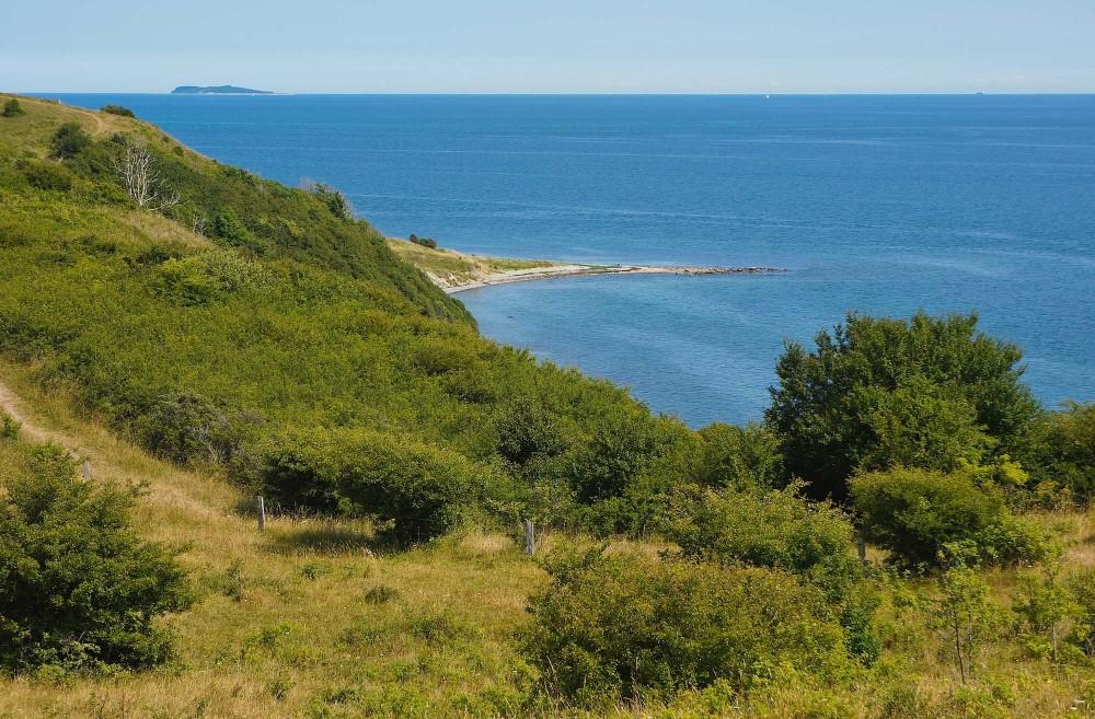 Lushage stikker frem bag Bursklint, og øen Hjelm anes i horisonten (foto: Rune Engelbreth Larsen)
