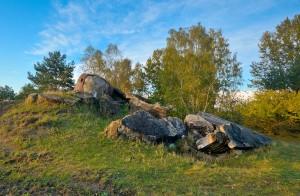 Sporene efter gamle militærfaciliteter dukker af og til op i landskabet (foto: Rune Engelbreth Larsen)